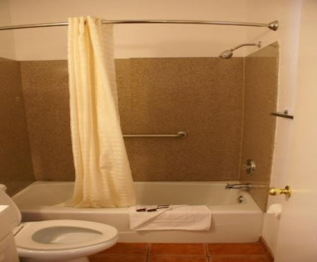 Harborview Inn and Suites - Private Bathroom